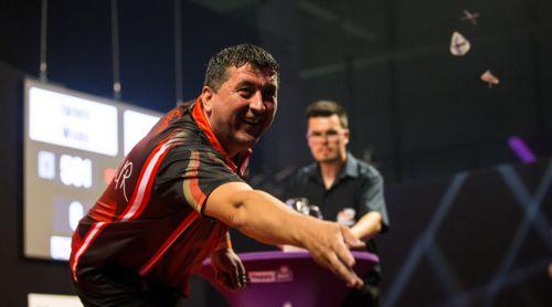 Mensur Suljovic verschenkt nach seinem Spiel die Flights an die Dartfans