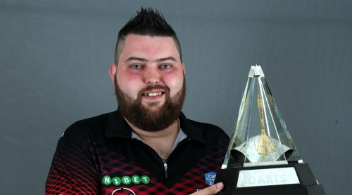 Michael Smith mit dem Premier League 2018 Pokal