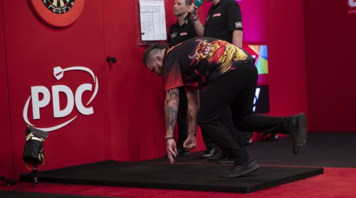 Michael Smith nach drei verpassten Matchdarts am Boden