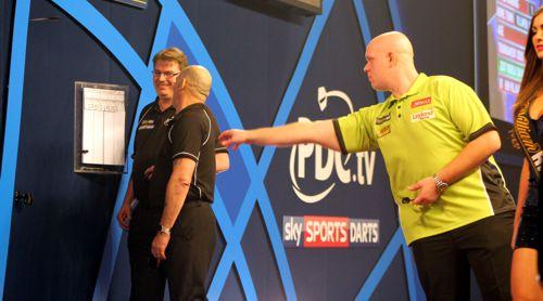 Michael van Gerwen in der zweiten Runde der Dart WM gegen Cristo Reyes