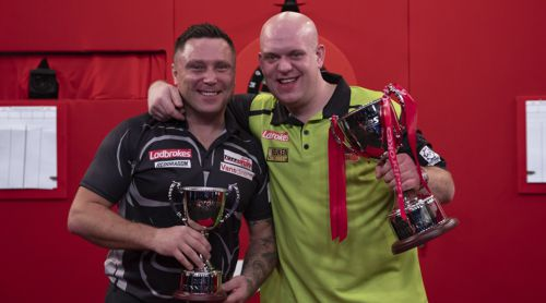 Michael van Gerwen und Gerwyn Price mit den Trophäen der UK Open