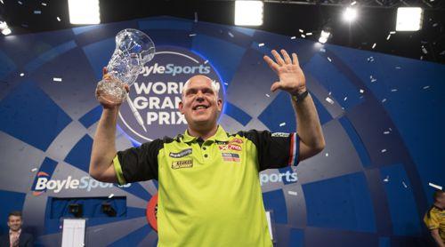 Michael van Gerwen mit dem Pokal des Grand Prix-Siegers