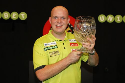 Michael van Gerwen und der World Grand Prix Pokal