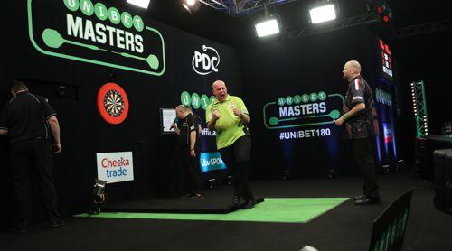 Michael van Gerwen versenkt den Matchdart zur Titelverteidigung beim Masters