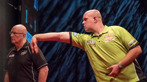 Darts Weltmeister Michael van Gerwen und PDC-Caller Paul Hinks in Aktion