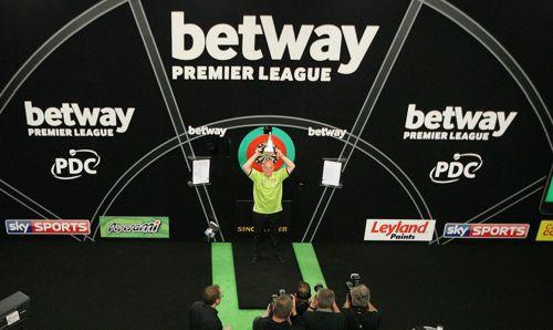 Michael van Gerwen besiegt Phil Taylor im Finale der Premier League Darts mit 11:3 und gewinnt den Titel zum zweiten Mal nach 2013