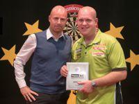 Michael van Gerwen und Sebastian Meyer von der PDC Europe bei der Preisverleihung der German Darts Masters