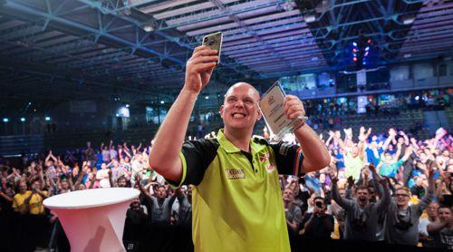 Michael van Gerwen macht ein Selfie