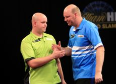 Vincent van der Voort und Michael van Gerwen beim Grand Slam of Darts 2013
