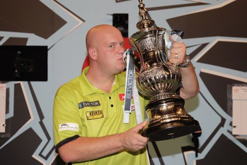 Michael van Gerwen und die World Matchplay Trophy