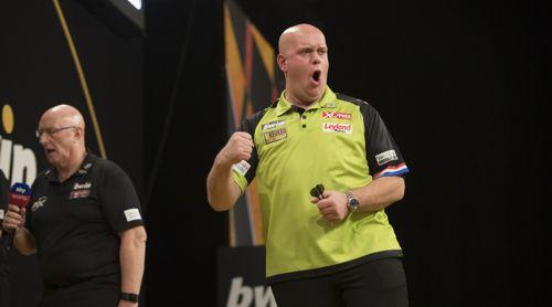 Michael van Gerwen, im Hintergrund der Darts-Caller