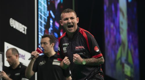Nathan Aspinall freut sich über seinen Sieg gegen Michael van Gerwen