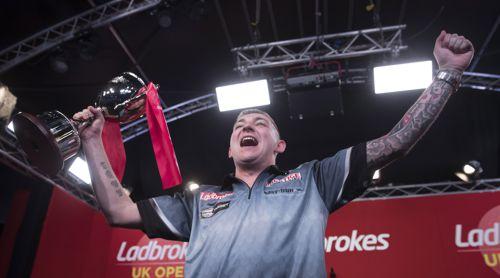 Nathan Aspinall mit der UK Open Trophy