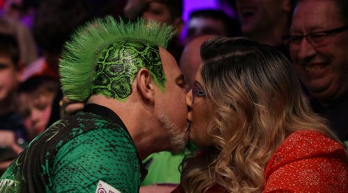 Peter Wright küsst seine Ehefrau und Friseurin