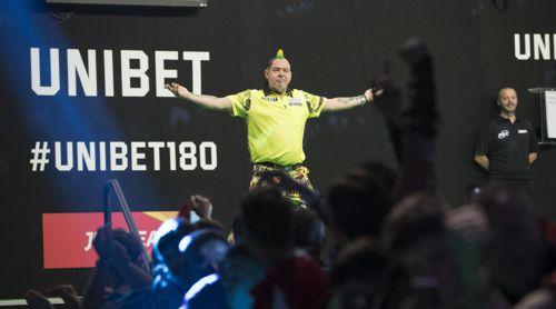 Peter Wright hüpft vor den Fans auf und ab