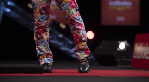 Peter Wright mit bunter Hose und unterschiedlichen Senkeln