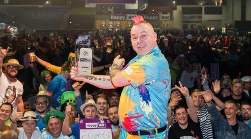Peter Wright und der Pokal bei den International Darts Open
