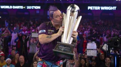 Peter Wright mit dem Pokal des Weltmeisters