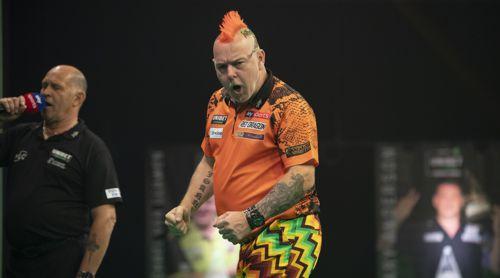 Peter Wright zu Ehren seines holländischen Kontrahenten mit orangem Shirt