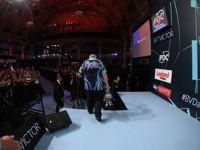 Phil Taylor verlässt mit seinem 16. World Matchplay Pokal die Bühne in Blackpool