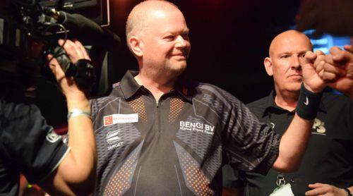 Raymond van Barneveld sieht gespannt dem Duell mit Corey Cadby entgegen