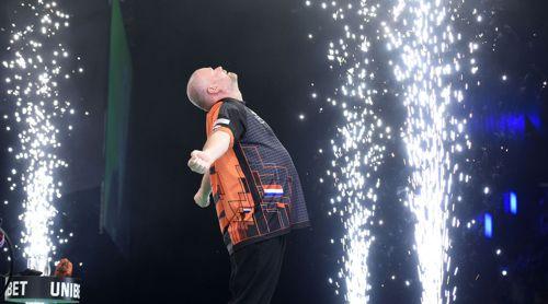 Raymond van Barneveld duscht im Feuerwerk