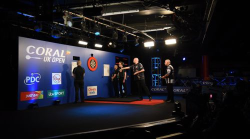 Raymond van Barneveld spielte zum Auftakt der UK Open gegen Mike Norton
