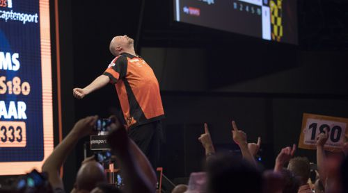 Raymond van Barneveld war in Rotterdam passend gekleidet - in Orange