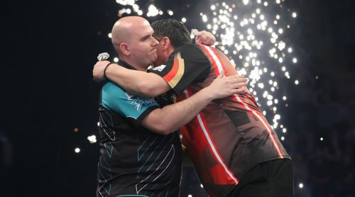 Mensur Suljovic umarmt Rob Cross