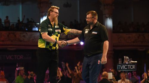 Simon Whitlock gibt James Wade die Hand