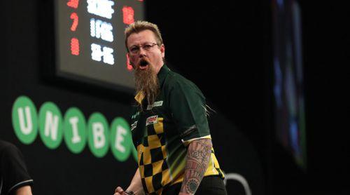 Simon Whitlock freut sich zusammen mit seinem Darts-Tattoo über den Einzug in das Viertelfinale beim World Grand Prix