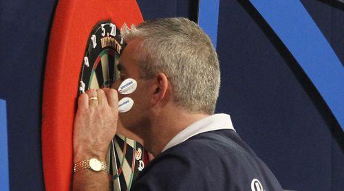 Steve Beaton küsst bei der Darts WM 2017 nach seinem Sieg das Dartboard