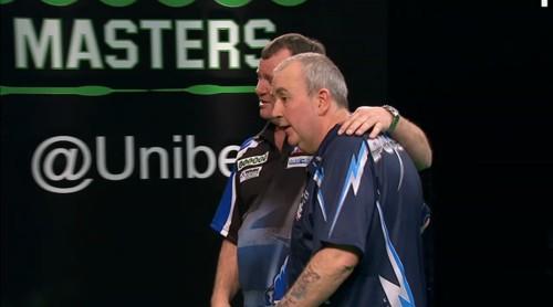 Terry Jenkins umarmt Phil Taylor