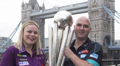Anastasia Dobromyslova und Weltmeister Rob Cross mit dem Pokal