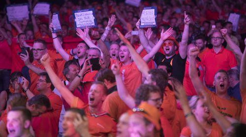 Oranje-Fans im entsprechenden Outfit