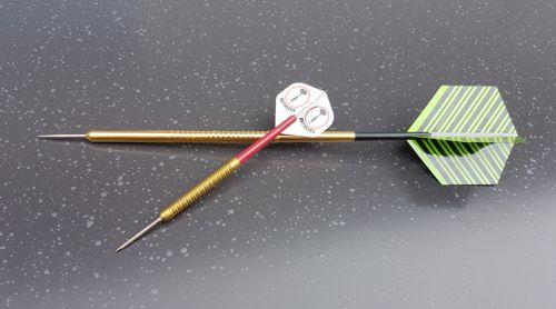 Megadarts und Standard Darts im Größenvergleich