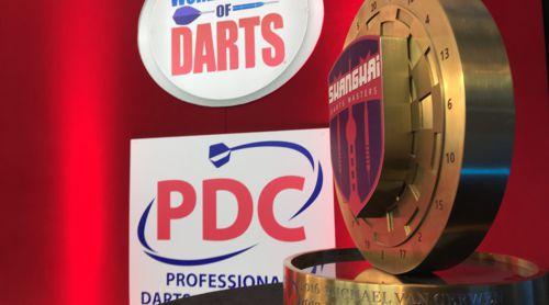 Die Namen der Sieger der Shanghai Darts Masters werden in einen Pokal graviert