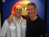 Magnus Caris, hier zusammen mit Nigel Heydon, setzte sich im November 2011 unter 240 Dartspielern durch und erspielte sich einen Startplatz für den Grand Slam of Darts